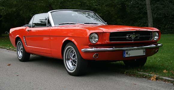 Fahrzeug 1 Mustang-1965: Bild 2 in der Bilderstrecke: Vorderansicht des roten Miet-Mustangs