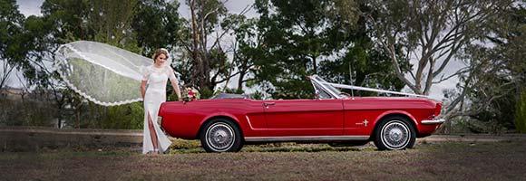 Mustang Oldtimer als Hochzeitsauot mit Braut