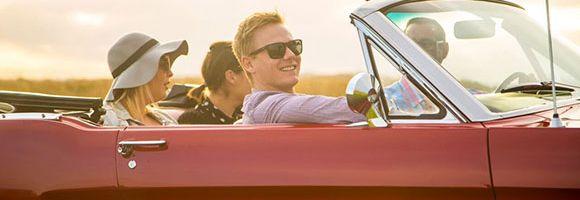 Mit Freunden eine Spritztour im Cabriolet machen.